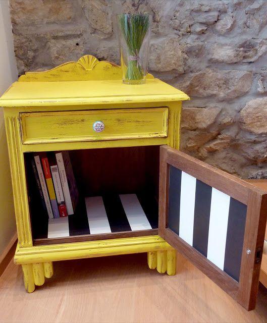 Mesa de castaño decorada con pintura amarilla y papel pintado: