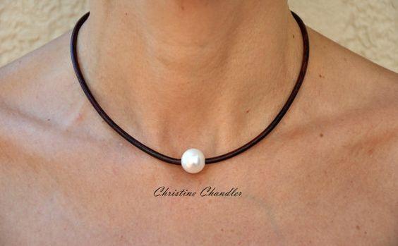 Questa bella una perla e la collana in pelle ha una qualità molto alta bianco perla dacqua dolce su 3mm cavo di cuoio. La perla sia fissata
