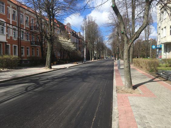 Пустая улица, идет ремонт. Люди сидят дома