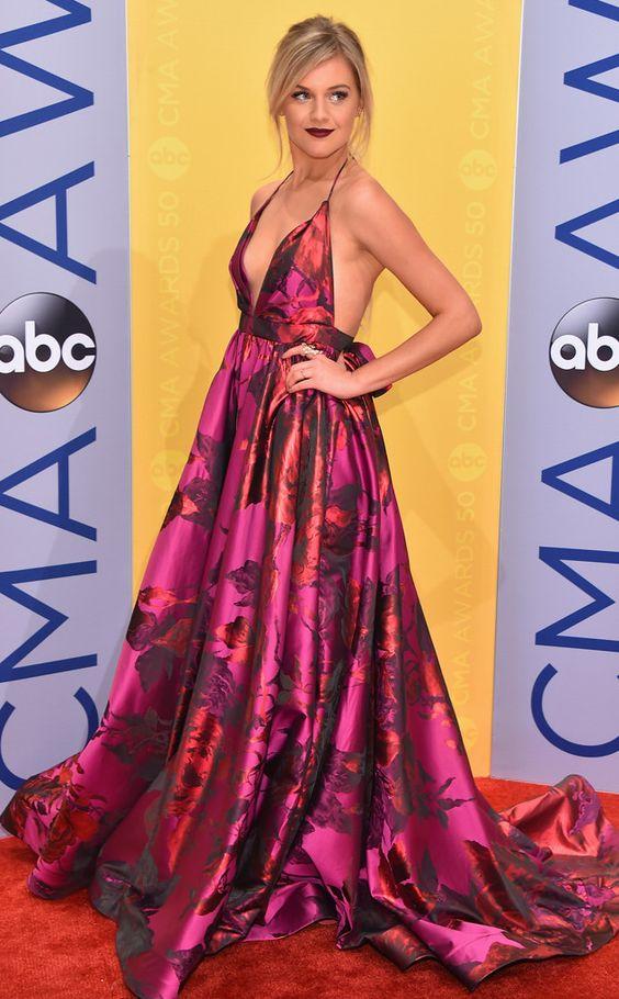 Kelsea Ballerini from CMA Awards 2016: robe de soirée rouge longue imprimée décolleté profond et dos nu