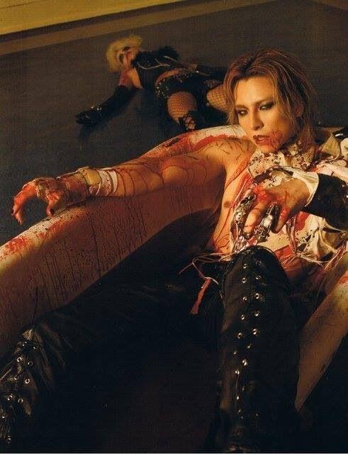 血のバスタブの中に入っているXJAPAN・YOSHIKIの画像