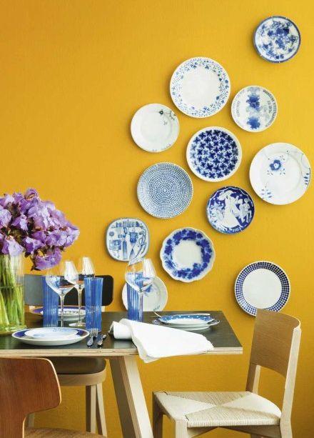 Het koele blauw tempert de vrolijk gele wand, het koud-warm contrast brengt balans.: