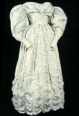 1830-1832, vermutlich Tageskleid, aus bedruckter Baumwolle (Musselin) und Leinen, Großbritannien?