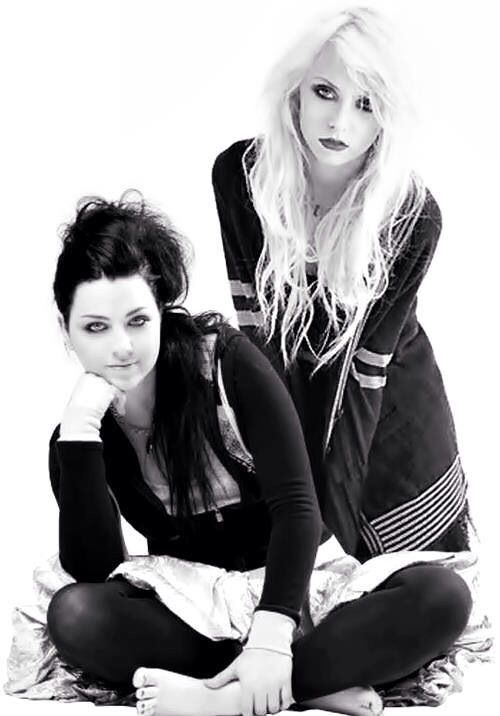 Amy Lee (Evanescence) Taylor Momsen (The Pretty Reckless) love these girls so much ♥♥♥♥