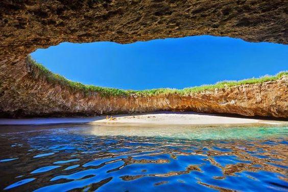 Playa Escondida una curiosa e idílica  playa de México. También se la conoce como Playa del Amor