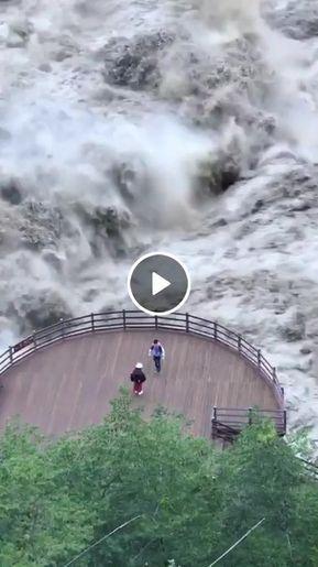 Rio muito bravo e duas pessoas lá em baixo.