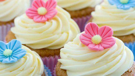 Le glaçage royal est un glaçage blanc pur qui sèche à l'air libre et qui est utilisé pour décorer les cupcakes. Il est très pratique pour jouer les décoratrices culinaire car super simple à réaliser. Vanessa Vincendeau, fondatrice de l'atelier de pâtisserie Toques et Marmitons, vous montre comment faire un glaçage royal. Pour 12 cupcakes environ, munissez-vous de 150g de sucre glace, d'un demi blanc d'œuf, de quelques gouttes de jus de citron et éventuellement de quelques gouttes d'eau si…