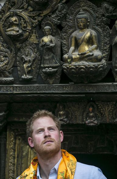 Selon les traditions bouddhistes, le prince Harry a été accueilli à Katmandou au Népal ce dimanche par cinq jeunes femmes vierges.