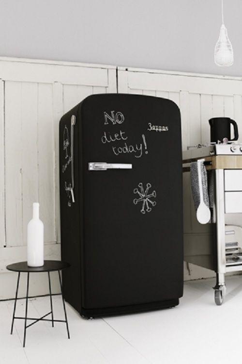 Aqui, a geladeira pintada de preto fosco vira quadro de recados. (via @interiorbreak) Clique e veja outras inspirações para o uso de lousas nos ambientes!: