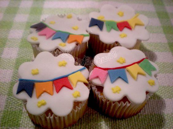 Cupcake Festa Junina pasta americana com bandeirinhas: