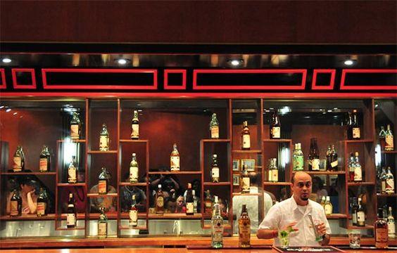 La Barrita es un bar-restaurante situado en el vestíbulo del impresionante Edificio Bacardi, uno de los mejores ejemplos de arquitectura Art Deco en Latinoamérica.  La Barrita es un lugar muy recomendable por sus deliciosos combinados a base de ron, agradable servicio y bella decoración cargada de historia.