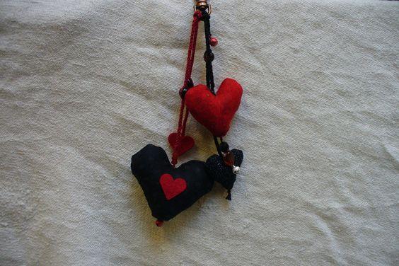 porte clés rouge et noir coeurs