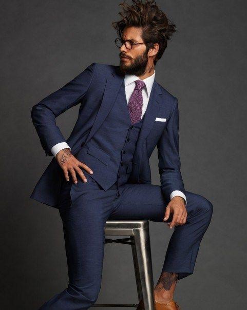 Den Look kaufen: https://lookastic.de/herrenmode/wie-kombinieren/dreiteiler-businesshemd-brogues-krawatte-einstecktuch/7987 — Weißes Businesshemd — Lila Krawatte — Weißes Einstecktuch — Dunkelblauer Dreiteiler — Beige Leder Brogues