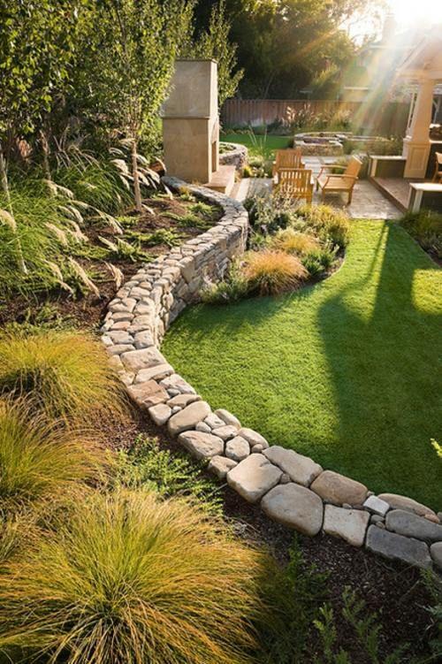 Origineller Sichtschutz im Garten - bequeme Sitzecke im - sitzplatz im garten mit steinmauer