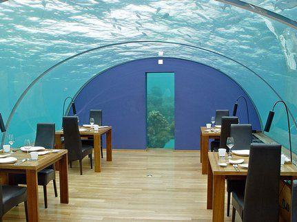 Restaurante en pleno océano Índico. Situado a cuatro metros y medio bajo la superficie del mar entre arrecifes de coral, el comedor submarino tiene capacidad para 14 personas que comen bajo la mirada atenta de peces, escualos, pulpitos y langostas.