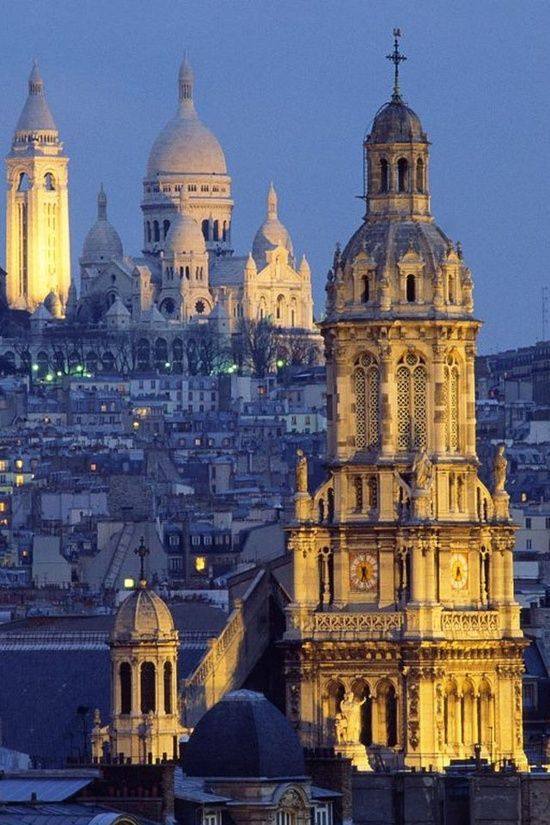 Paris, enchanting place.les toites de Paris de nuit. Le sacré Coeur éclairé.