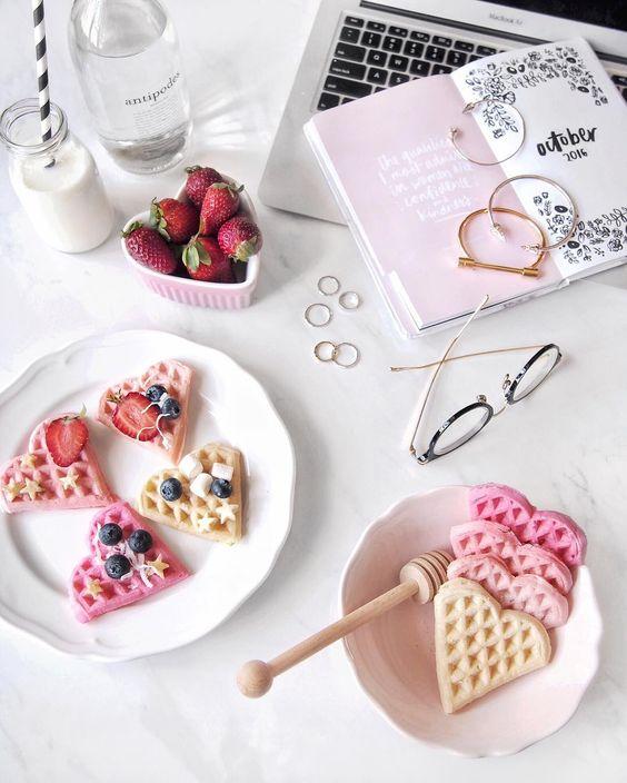 Panquecas com forma de coração e decorados com fruta, morangos,...