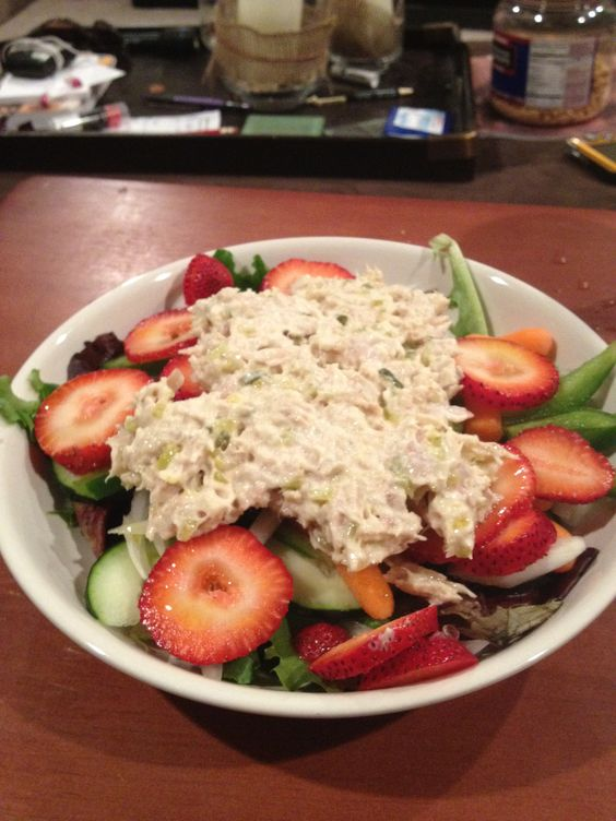 Spinach salad with strawberries and tuna