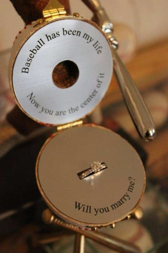 Will you marry me ? Proposal wedding engaged ring Demande Mariage insolite base ball  bague