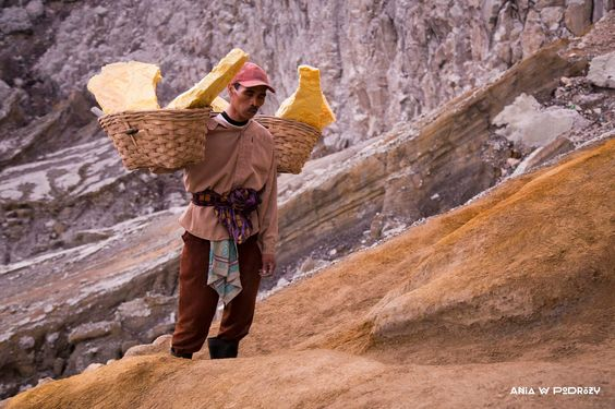 Sulphur miner in Kawah Ijen in Indonesia. ANIA W PODRÓŻY travel blog and photography