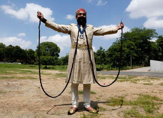 Ram Singh Chauhan e seu bigode de impressionantes 5,4 metros (Foto: Amit Dave/Reuters) - Índia