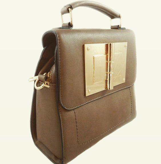 Este bolso estilo mochila de color marrón y detalles dorados es muy práctico para el día a día gracias a sus múltiples bolsillos y comodidad Lo quieres? Solo tienes que entrar en nuestra tienda online  http://ift.tt/2dew4ea #moda #shopping #fashion #bolso #outfit #estilo #AzzafranBeUnique