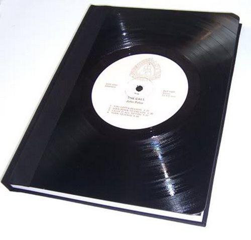 Tapa de libro hecha con disco de vinilo recortado