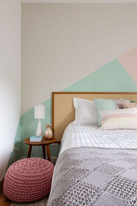 Decoração de apartamento. No quarto, cama de madeira, criado-mudo com luminária de mesa, pintura geometrica.  #casadevalentina #decoracao #decor #details
