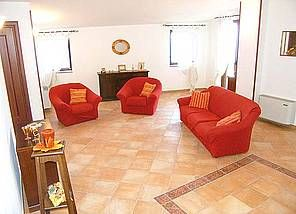 Ferienwohnung: Casa Leopoldo - Das helle Wohnzimmer bietet Platz zum Entspannen - www.cilento-ferien.de