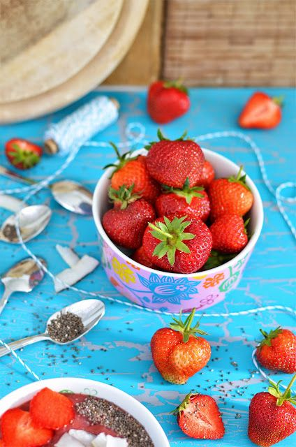 Superfood Samstag Strawberry Chia Smoothie Bowl