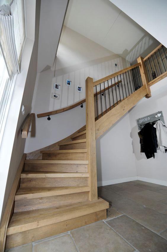 Dichte eiken trap in landelijke stijl muurleuning met - Glazen salontafel en smeedijzer ...