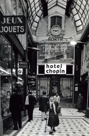 Robert Doisneau  Passage Jouffroy 1976 All these passages remained the same. See more:http://www.bestofparis.net/wordpress/