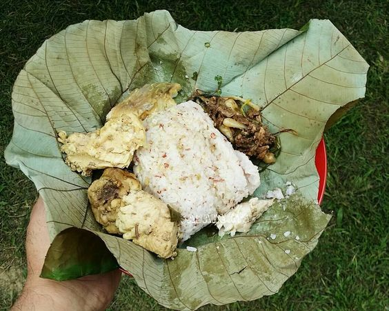 Lunch at Kampung Luanti Ranau hosted by Luanti homestay. So excited to see they serve Linopot.  Linopot is rice wrapped in leaves. My first time try out linopot with kampung chicken and fish.  Great Sabahan traditional dish. If only i can find this at KK