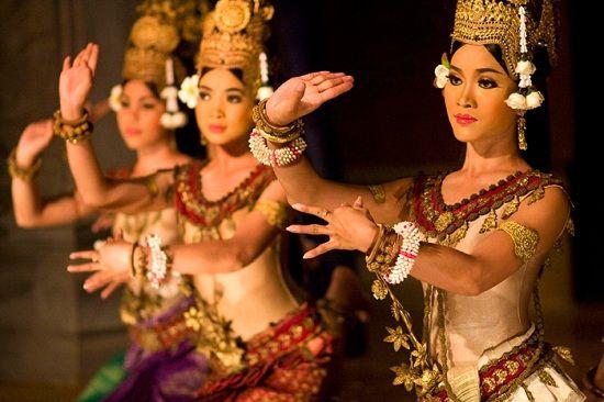 Apsara điệu múa cổ điển, êm ái nổi tiếng về sự thanh nhã, cao quý, với các tư thế, cử chỉ hiền dịu.