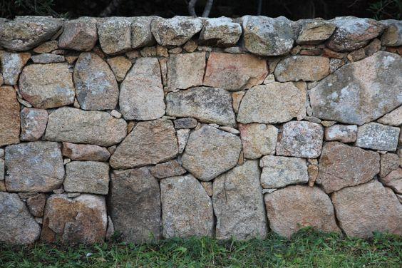 Recinzione in pietra, granito sardo; rif. Costa Smeralda (Sardinia - Italy)