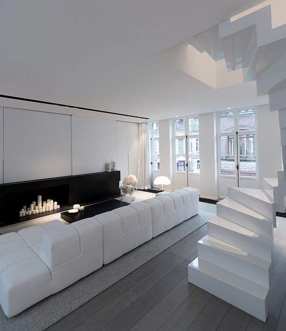 Maison contemporaine design blanc int rieur moderne salon chemin e mi - Interieur salon moderne ...