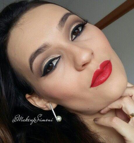 Batom vermelho e maquiagem dourada