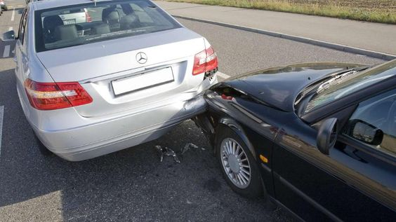 Abbiegen und Abstand | Die acht häufigsten Fehler der Autofahrer http://www.bild.de/auto/service/verkehrsrecht/acht-haeufigste-fehler-der-autofahrer-40225374.bild.html