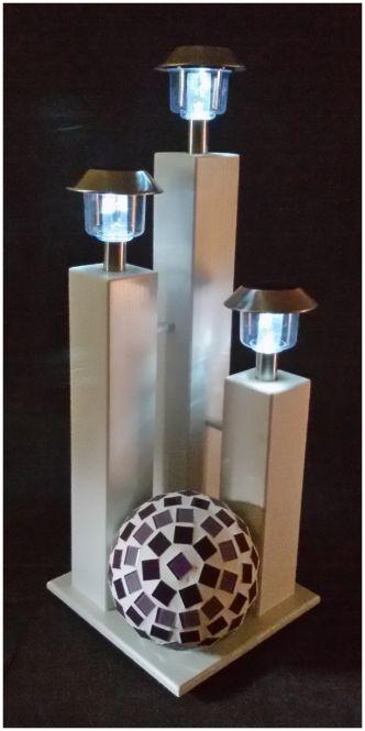 Weiße Dekor Holzsäulen auf Podest mit Solar Lampen und handgefertigter Mosaik Kugel