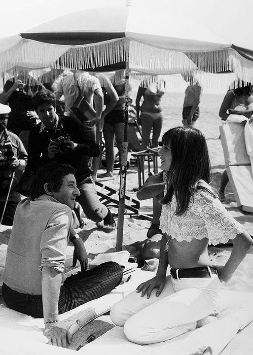 Serge Gainsbourg et Jane Birkin à la plage de Cannes en 1969, pantalon blanc, crop top en crochet