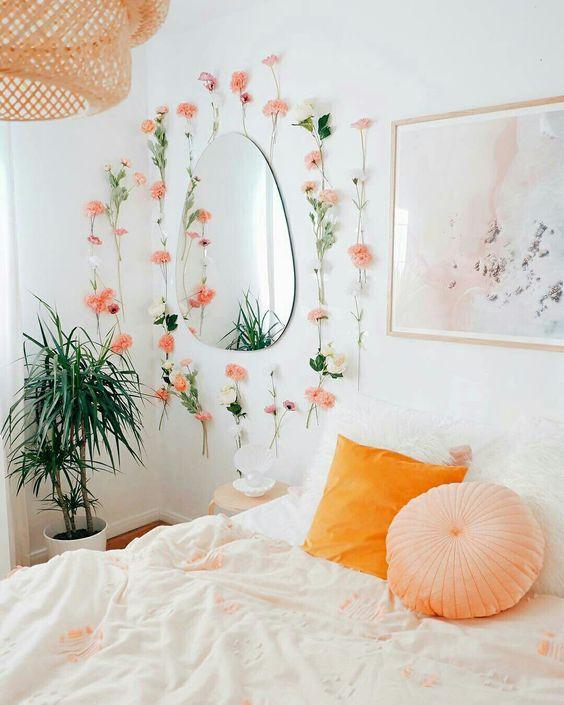 QUARTO DE CASAL XOM PAREDE DECORADA COM FLORES E ESPELHO - @urbanoutfitters - #quarto #quartodedormir #quartodecasal #decoração #decoracao #detalhe #espelho #flores