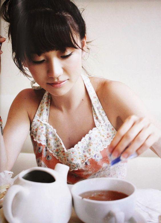 砂糖を入れる大島優子