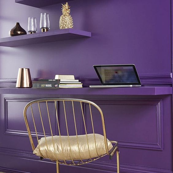 merész lila színű fal