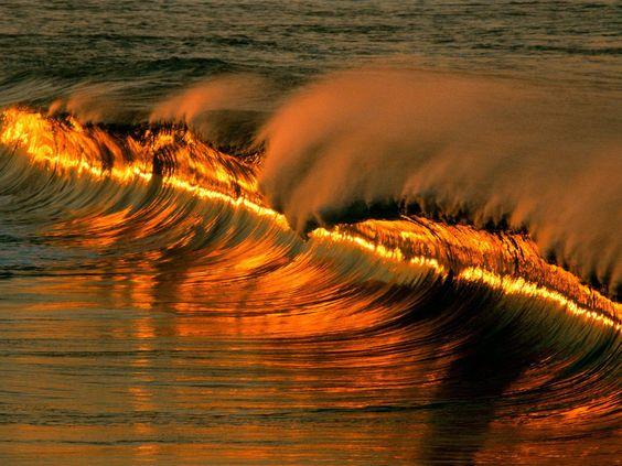 """5/7/2013 Algarve Lovers:  A ÁGUA DO MAR ESTÁ UM CALDINHO... Mas... cuidado com a agitação marítima.   """"O Instituto do Mar e da Atmosfera colocou o Algarve em alerta Amarelo não devido ao calor, mas à agitação marítima que se prevê na costa sul, devido ao Levante."""""""