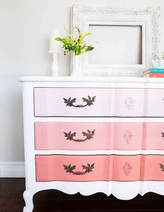 customiser-meuble-ancien-vintage-chic-façade-tiroirs-repeints-en-rose-cadre-vide-blanc-parquet-marron-plantes-vertes