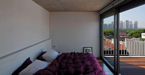 Nos quartos da Casa Boaçava, em São Paulo, as paredes ganharam chapas de gesso acartonado recheadas com lã mineral para melhorar as condições termoacústicas. O projeto é de autoria dos arquitetos do escritório Una, Cristiane Muniz, Fábio Valentim, Fernanda Barbara e Fernando Viégas