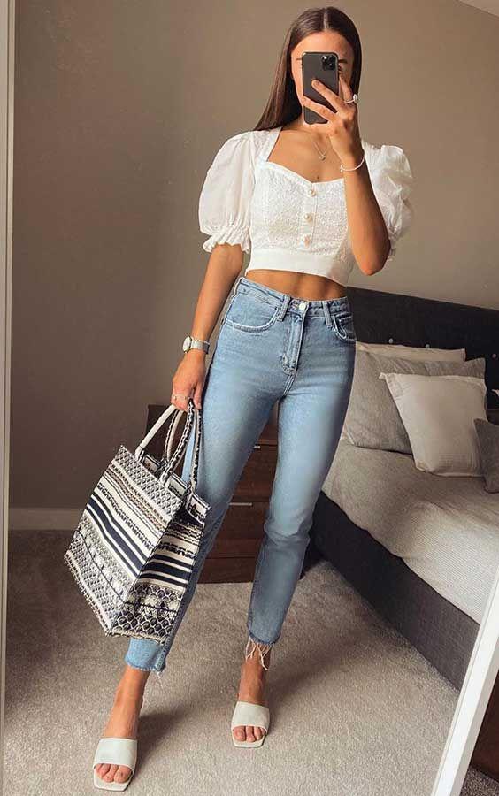 Cropped branco com mangas bufantes, calça jeans skinny, bolsa sacola, rasteirinha slide branca com bico quadrado, square sandals
