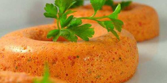 Mousse de tomates secos A mousse de tomates fica com uma cor muito bonita e a apresentação também é muito boa. Ingredientes: 2 Claras; 1 1/2 Xícara (chá)