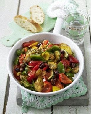 Ratatouille-Pfanne Rezept  Einkaufsliste für 1:   je 1/2 kleine gelbe, grüne, rote Paprikas (300 g), 1 Zucchini (200 g), 50 g Champignons, 1 Knoblauchzehen, 1 Stiel Rosmarin, 2 Stiele Thymian, 1 Tomate (100 g), 1 TL (5 g) Olivenöl, 3 EL (à 10 g) Tomatensaft, 1 EL (15 g) schwarze Oliven mit Stein