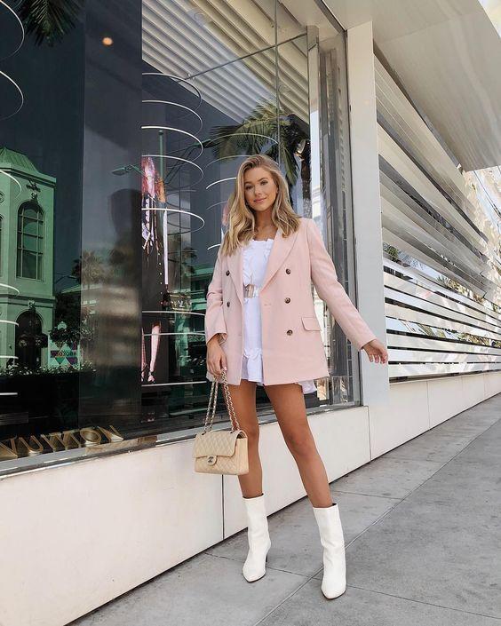 Look com blazer rosa e bota branca.